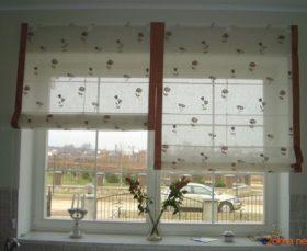 Светлая римская штора на кухню - фото