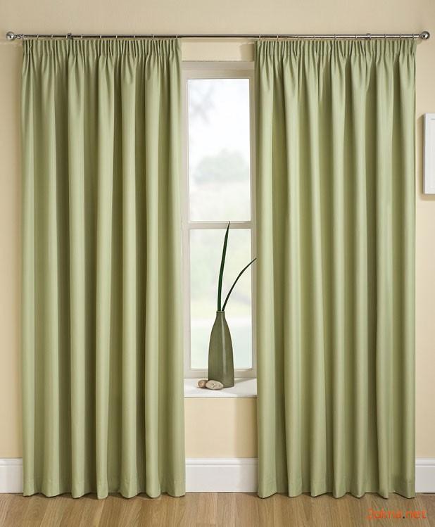 Фото: зеленые шторы блэкаут в интерьере квартиры
