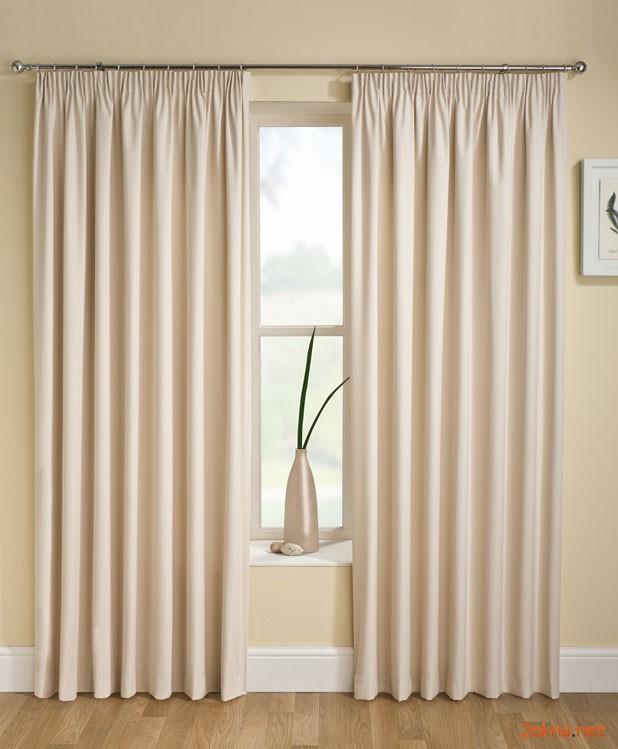 Фото: кремовые шторы блэкаут в интерьере квартиры