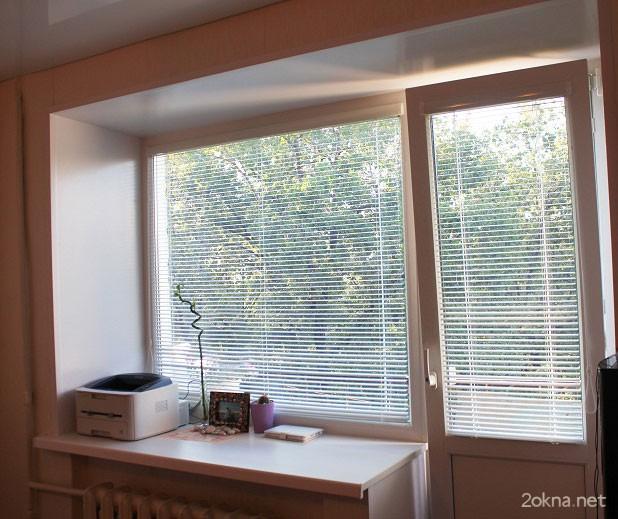 Кассетные жалюзи на окне с балконной дверью