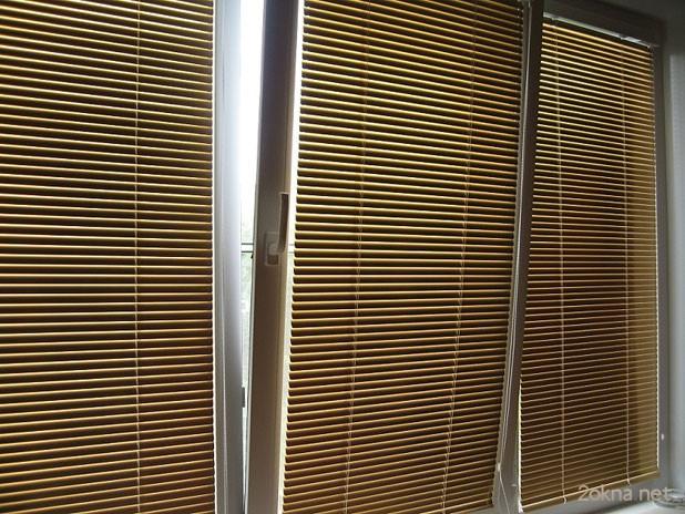 Кассетные рулонные жалюзи на пластиковых окнах на балконе