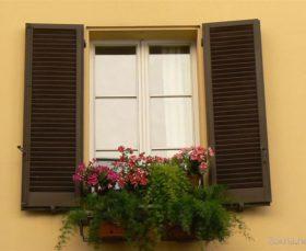 Деревянные ставни на окнах