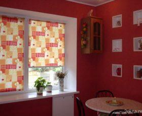 Тканевые ролеты на пластиковом окне на кухне