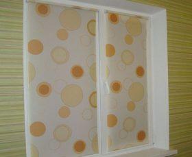 Тканевые рулонные жалюзи на пластиковом окне - фото