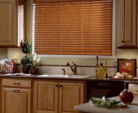 Горизонтальные жалюзи для кухни внутри оконного проема