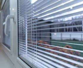 Установка горизонтальных жалюзи внутри пластикового окна