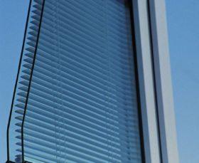 Пластиковое окно со встроенными жалюзи