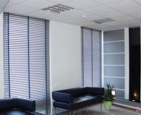 Горизонтальные тканевые жалюзи на пластиковые окна - фото