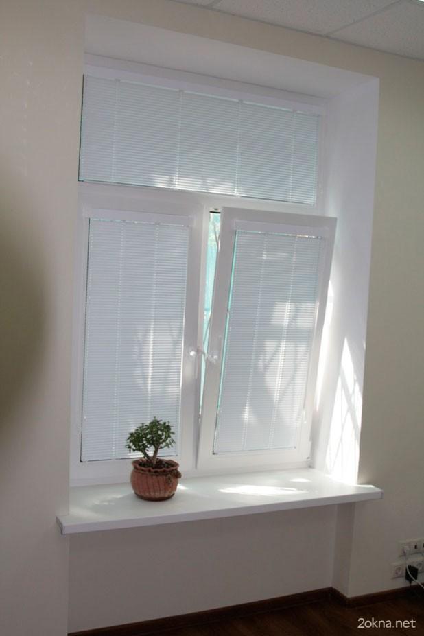 Крепление алюминиевых жалюзи на створку пластикового окна