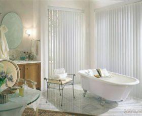 Вертикальные алюминиевые жалюзи на пластиковых окнах в ванной