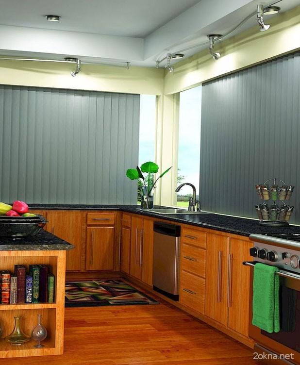 Вертикальные алюминиевые жалюзи на пластиковых окнах на кухне - фото