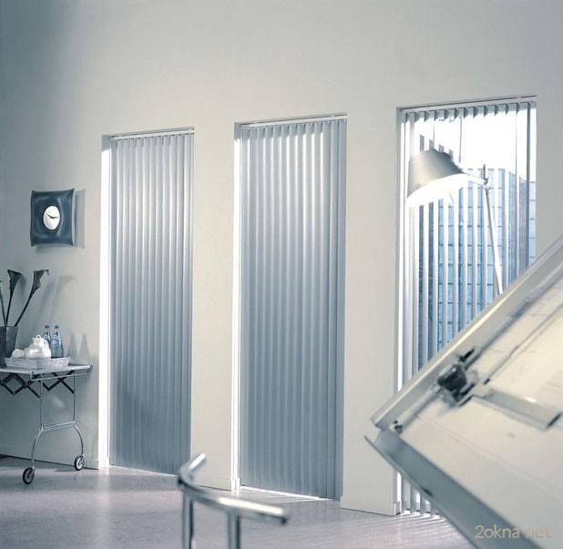 Вертикальные алюминиевые жалюзи на пластиковые окна