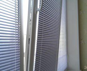 Фото - алюминиевые жалюзи на платиковом окне