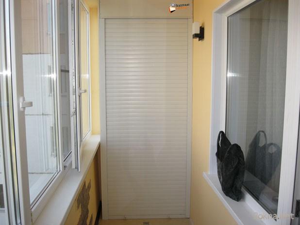 Шкаф с рольставнями на лоджии - фото