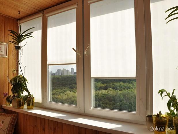 Тканевые рулонные жалюзи на пластиковые окна на балконе