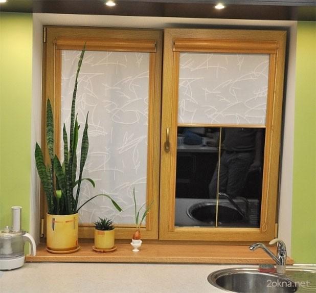 Рулонные тканевые жалюзи на пластиковые окна на кухне