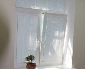 Жалюзи Изолайт на пластиковом окне с фрамугой