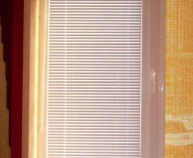 Жалюзи Изолайт на одном окне с рулонной шторой