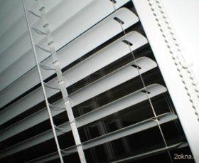 Фото - горизонтальные жалюзи изолайт на пластиковые окна