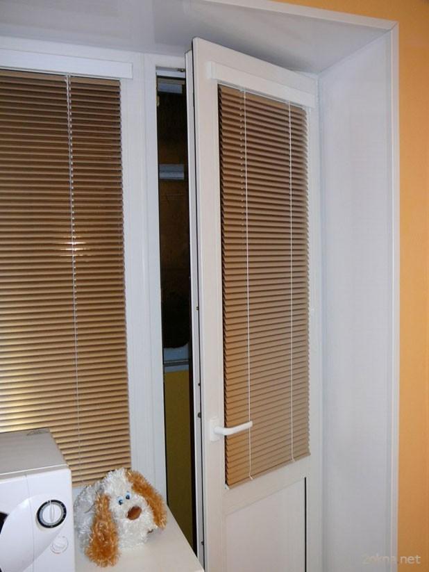 Жалюзи Изолайт на пластиковое окно и балконную дверь