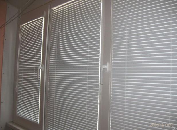 Белые жалюзи Изолайт на пластиковом окне