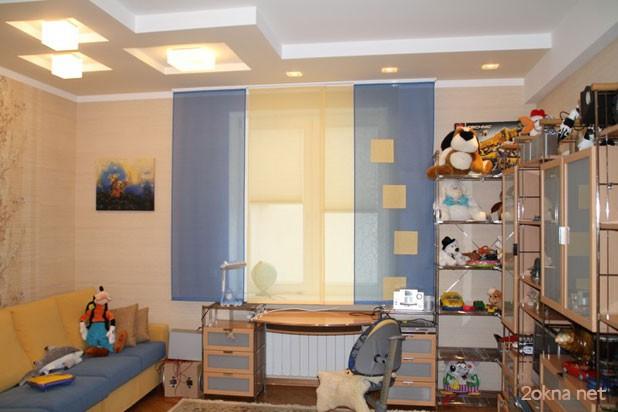 Шторки на пластиковых окнах в детской комнате - фото