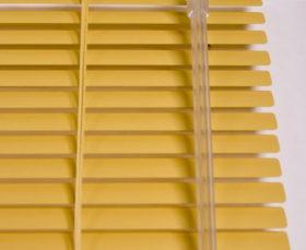 Желтые горизонтальные алюминиевые жалюзи - фото