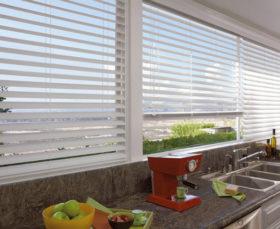 Горизонтальные алюминиевые жалюзи на кухне - фото