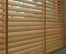 Горизонтальные бамбуковые жалюзи для пластиковых окон