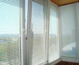 Горизонтальные пластиковые жалюзи на балконе