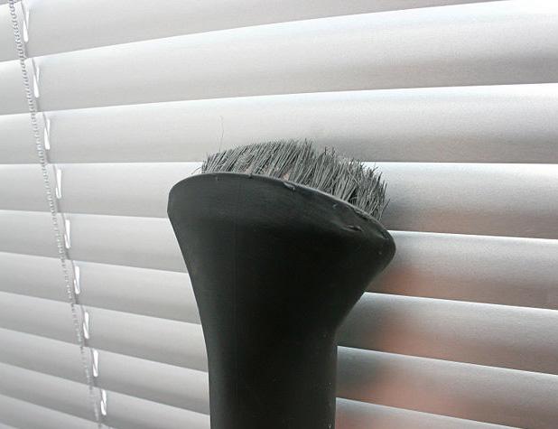 Чистка горизонтальных жалюзи пылесосом