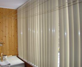 Пластиковые вертикальные жалюзи на балкон - фото