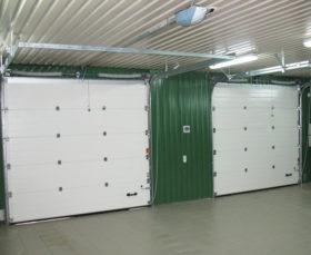 Белые промышленные секционные ворота - фото