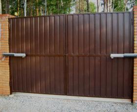 Распашные металлические ворота с электроприводом